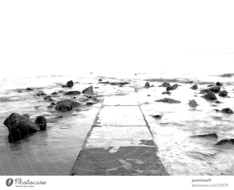 Steg Himmel Meer Ferien & Urlaub & Reisen schwarz Einsamkeit dunkel Freiheit grau Stein See Wellen Beginn Felsen Hoffnung trist Ende