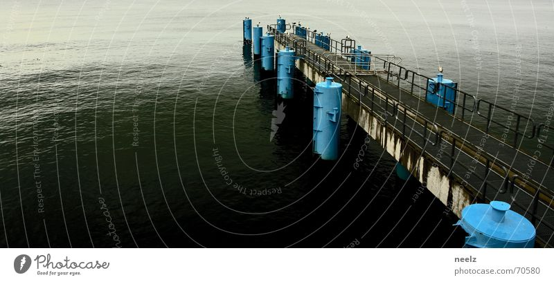 Weg ins Meer Wasser Meer blau ruhig Einsamkeit grau Horizont trist Steg Anlegestelle Ostsee Möwe Fähre Poller Sellin