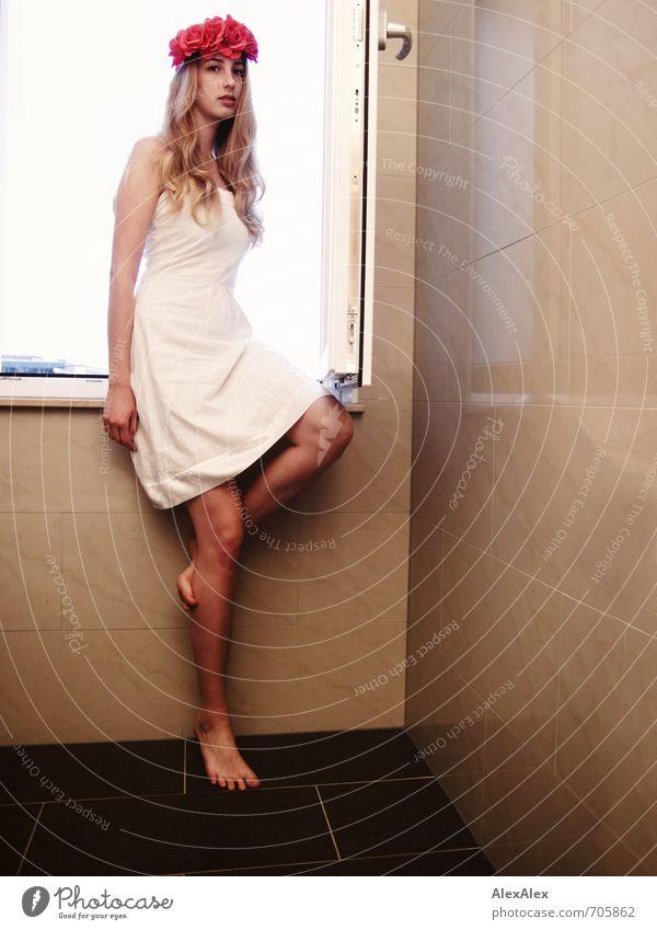 Das Mädchen mit den Rosen Jugendliche schön Junge Frau 18-30 Jahre Erotik Erwachsene Beine Stimmung blond sitzen groß stehen ästhetisch Romantik Bad Neugier