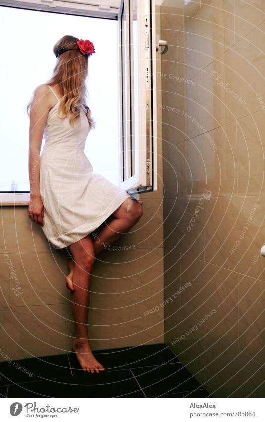 Tolle Aussicht schön Bad Junge Frau Jugendliche Beine 18-30 Jahre Erwachsene Rose Kleid blond langhaarig beobachten sitzen träumen ästhetisch sportlich frei