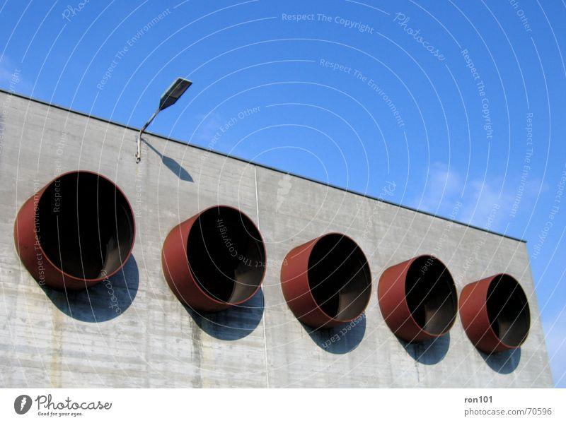 fünf gewinnt Haus Gebäude Wolken Laterne Lampe Licht Lüftung Abluft Beton rot grau Himmel Eisenrohr luftkanäle Klima klimanlage luftauslass luftansaug glühbrine