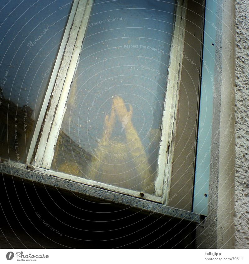 fenster zum hof II Hand dunkel Fenster Tod Traurigkeit Arme trist Trauer Ende Puppe dramatisch Mord Kriminalroman Terror Opfer Thriller