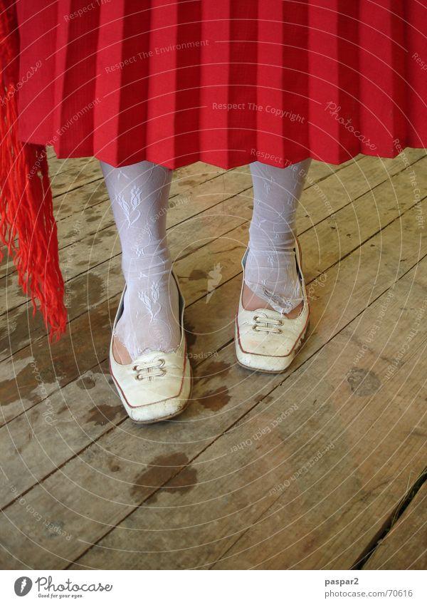ja aber... Faltenrock Strümpfe Schuhe rot weiß Frau Mädchen Flur Detailaufnahme Fuß lustig