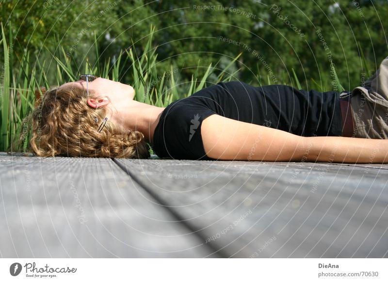 chasing cars Erholung Freizeit & Hobby Sommer Frau Erwachsene Natur Pflanze Wärme Baum Sonnenbrille liegen Steg sonne genießen August chill sun enjoy warmth
