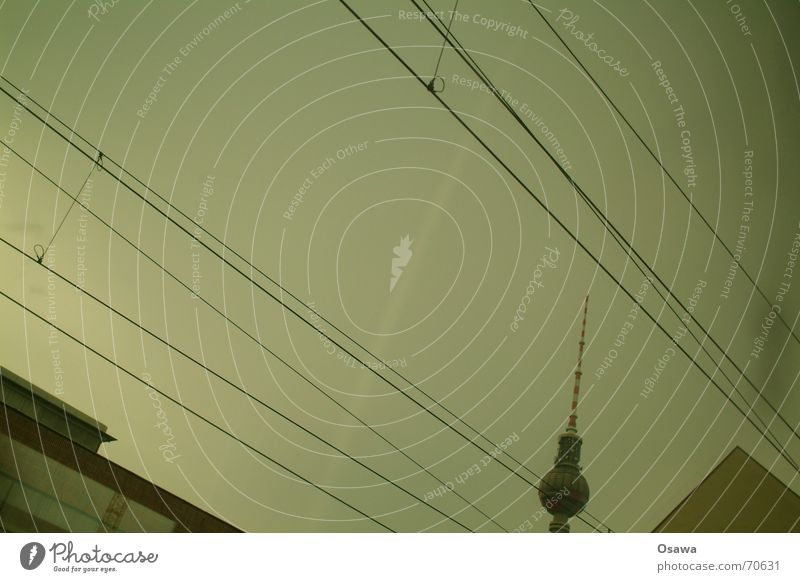 von der Poesie des seitlich dran vorbeifahrens Dach Gebäude Oberleitung Elektrizität Fenster Himmel Turm Berliner Fernsehturm alex Kabel
