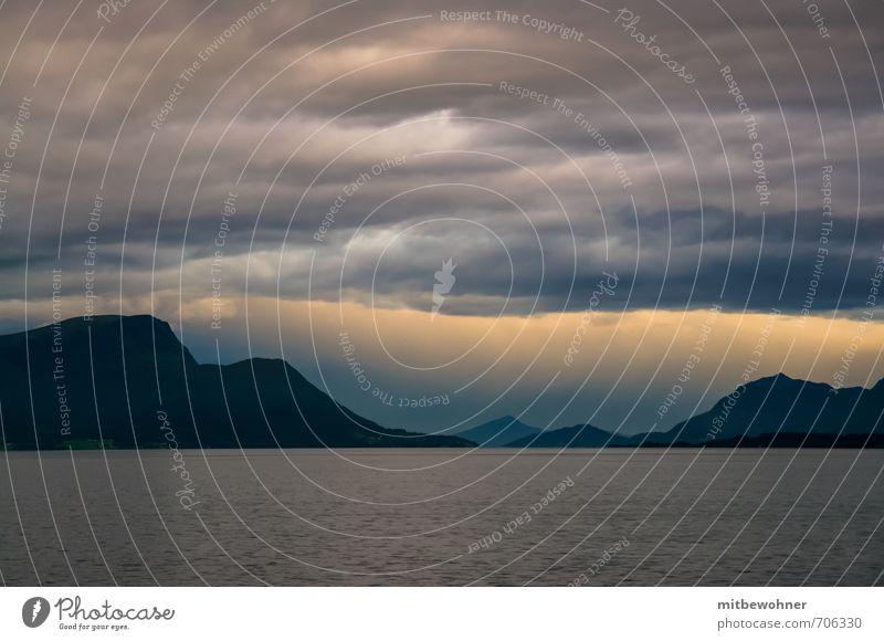 Hinter dem Horizont gehts weiter Himmel Ferien & Urlaub & Reisen Meer Einsamkeit Landschaft ruhig Wolken Berge u. Gebirge Traurigkeit Küste außergewöhnlich