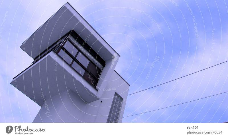 tower Wachturm Wolken Fenster Elektrizität Überwachung Gebäude weiß Turm Himmel Bahnhof gefängniss Flughafen wachmeister blau