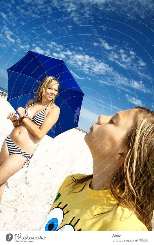 Sommer, Sonne, glücklich sein Fröhlichkeit Ferien & Urlaub & Reisen Physik heiß Sonnenschirm Strand Geschwister Schwester träumen Mädchen Frau Kind happy Wärme