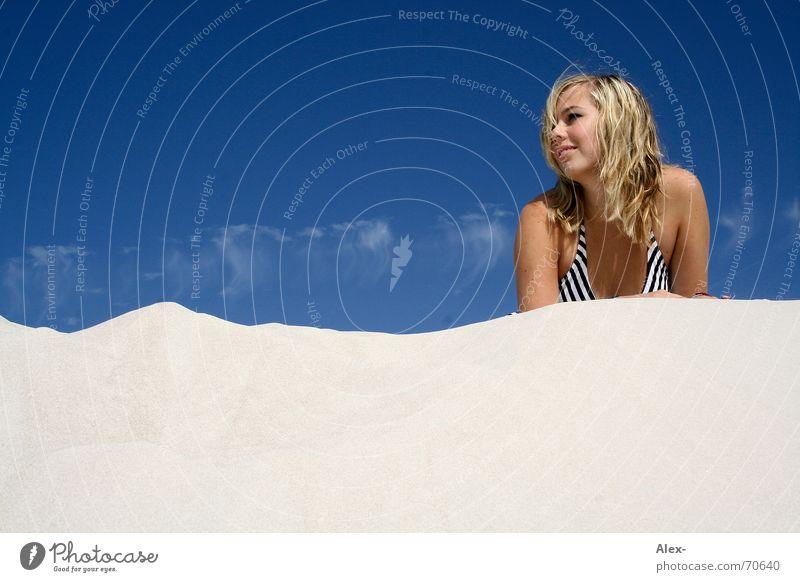 Sand-k-uhr Erholung Ferien & Urlaub & Reisen Strand Wolken Frau Physik liegen Himmel Wärme Stranddüne lachen Glück