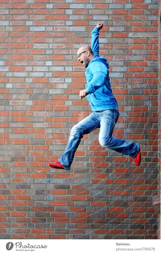 papageiensprung Mensch Jugendliche Mann blau rot 18-30 Jahre Erwachsene Wand Mauer springen Fassade maskulin Körper bedrohlich Abenteuer sportlich