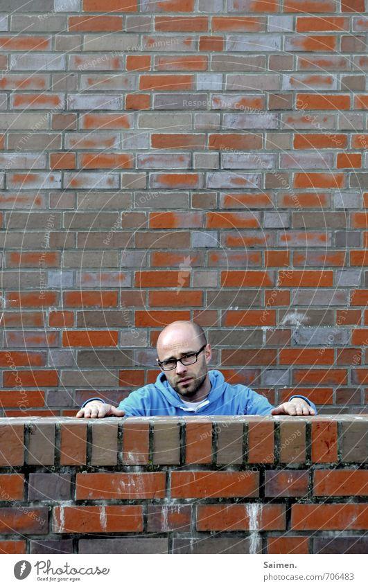 niedergeschlagen Mensch maskulin Mann Erwachsene Körper Kopf Gesicht 1 18-30 Jahre Jugendliche Mauer Wand Fassade eckig trist Traurigkeit Sorge Enttäuschung