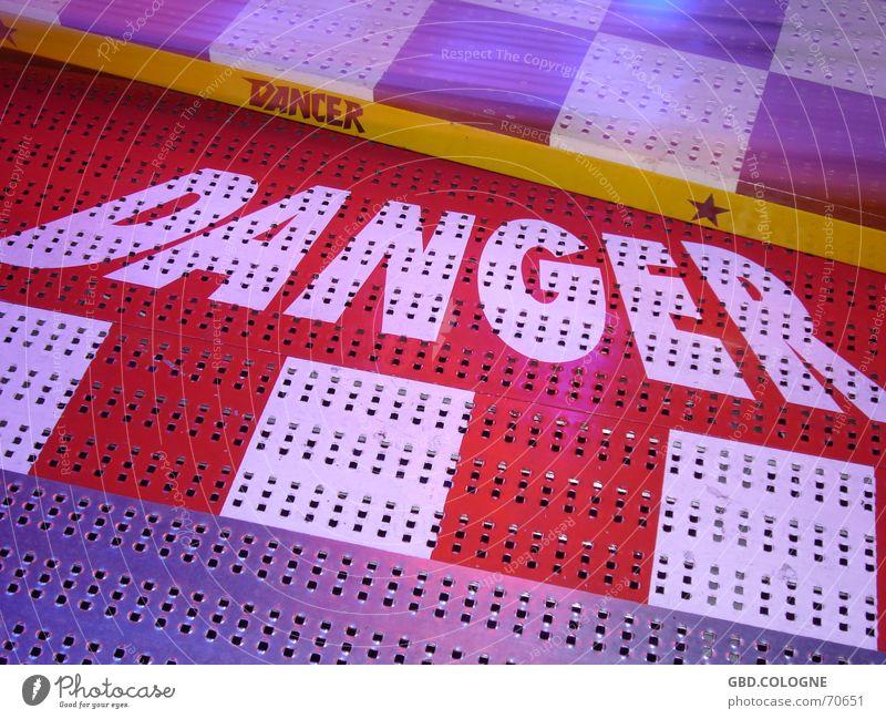 Danger! gefährlich Bodenbelag bedrohlich Jahrmarkt Karussell Breakdancer Straubing Gäubodenvolksfest