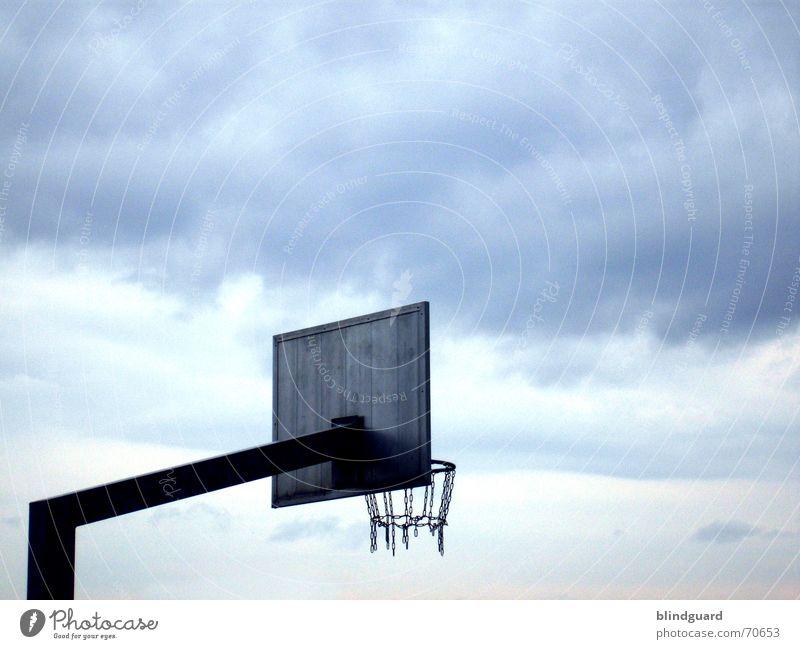 Wie ... Körbchengröße? Himmel Freude Wolken Sport Spielen Bewegung springen Linie orange Zusammensein Freizeit & Hobby groß mehrere Erfolg verrückt Ball