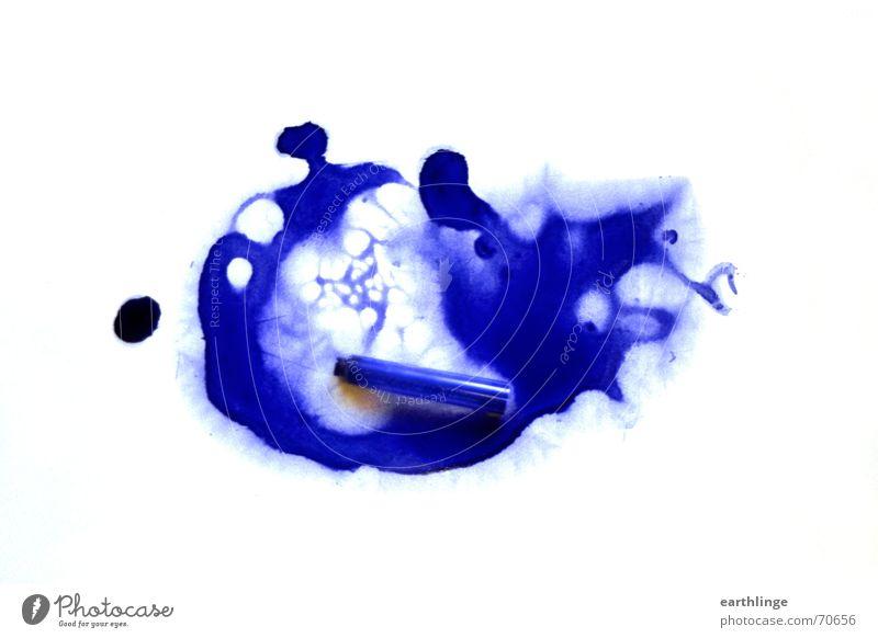 Pelikan erledigt Tinte ausgelaufen weiß tintenpatrone Fleck blau royalblau Hülse Missgeschick Vor hellem Hintergrund Farbfleck ultramarinblau abstrakt Patrone