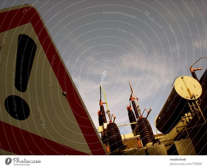 ACHTUNG ENERGIE   warnung schild strom energie hinweis kraft Himmel blau weiß rot Wolken Straße Architektur Freiheit fliegen oben Metall Wetter