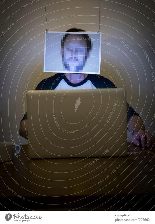 Cybercrime - Verpixelter Mann am Laptop Computer Wohnung Raum Arbeitsplatz Büro Wirtschaft Medienbranche Business sprechen Notebook Hardware Software