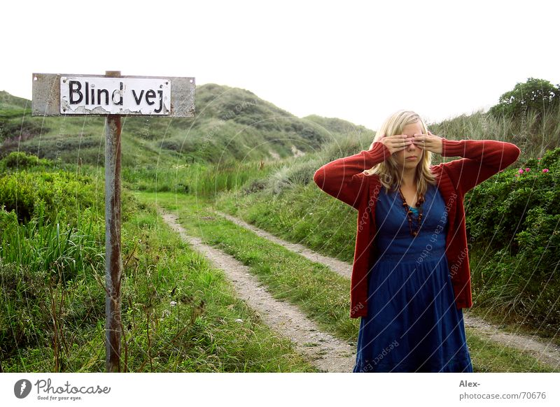 Blinde Kuh Frau Natur blau Freude schwarz Auge Einsamkeit Straße dunkel Wege & Pfade Landschaft Angst lustig Kleid Spuren verstecken