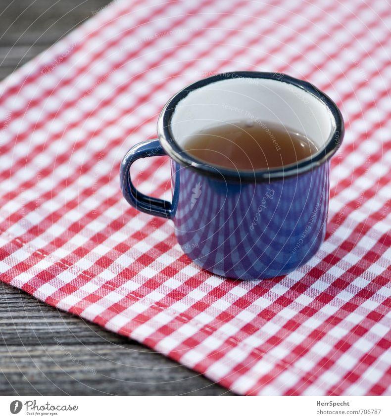 Teatime auf Karo Getränk trinken Heißgetränk Tee Tasse Ausflug Holz Metall niedlich retro blau rot weiß kariert Tischwäsche Emaille Holztisch Teetrinken