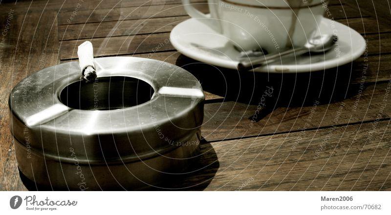 Barcelona am Nachmittag Zigarette Pause Tasse Aschenbecher Erholung trinken Tisch ruhig Holz Verabredung Kaffee Suche Brandasche Besprechung Einsamkeit