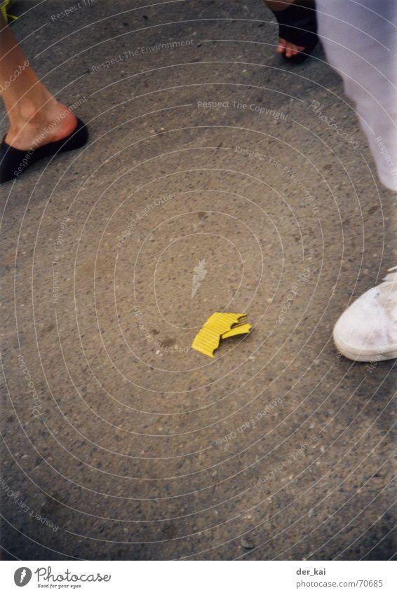 Los, du Niete! Schuhe Asphalt Jahrmarkt Schützenfest 1999 Pornographie Schicksal Straße Zettel bungos avatar Fuß Lomografie