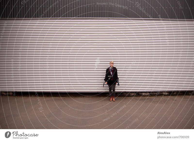 HALLE/S TOUR | Einstand Jugendliche schön Junge Frau 18-30 Jahre Erwachsene Wand Mauer Gebäude Fassade Freizeit & Hobby blond warten stehen Tourismus wandern