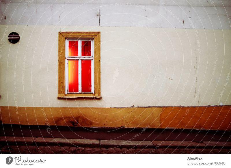 HALLE/S TOUR | eROTische Einblicke Stadt rot Erotik Einsamkeit Haus dunkel Fenster Wand Stil Mauer leuchten authentisch Sex retro Vergänglichkeit Fußweg