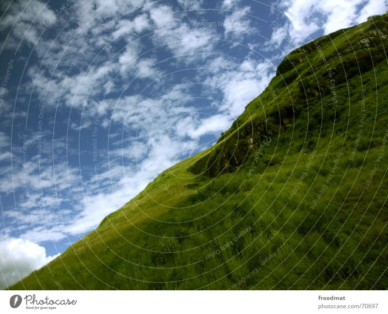 diagonal wolkenberg Natur Himmel grün blau Sommer Wolken Wiese Gras Berge u. Gebirge Wärme verrückt Physik Idylle Hügel diagonal Brasilien
