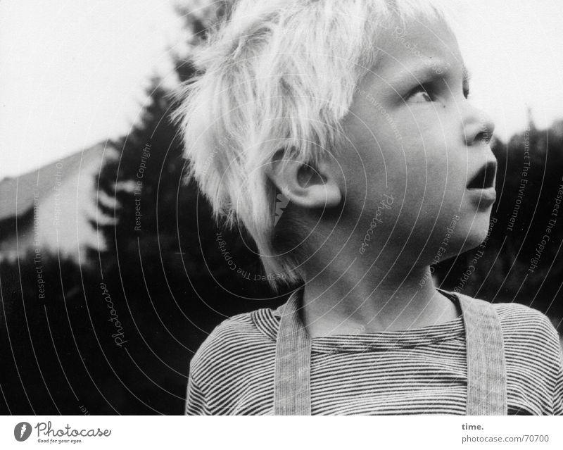 Kann ich nicht noch ein bisschen bleiben? Schwarzweißfoto Außenaufnahme Gesicht Junge blond Wachsamkeit erstaunt früher struwwelkopp Fragen