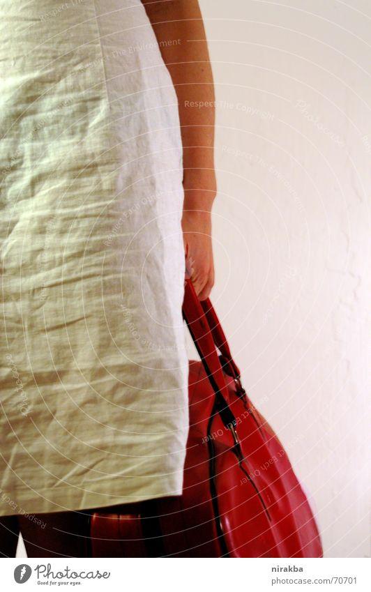 Frau Müller kauft ein Frau weiß rot Kleid Tasche tragen Anschnitt schwer