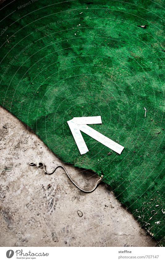 HALLE/S.-Tour | Bitte freihalten Zeichen Schilder & Markierungen Hinweisschild Warnschild Pfeil Teppich richtungweisend grün Farbfoto Innenaufnahme abstrakt