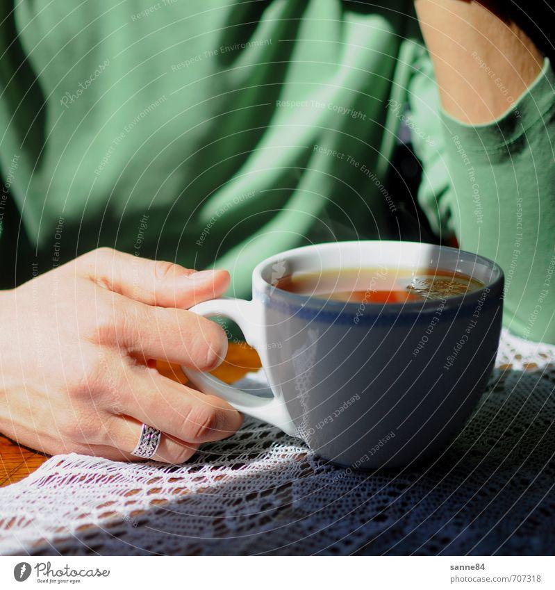 Bitte mit Zitrone! Frucht Kaffeetrinken Heißgetränk Tee Tasse Wohlgefühl Handarbeit Wohnung Tisch maskulin Junger Mann Jugendliche 1 Mensch T-Shirt Ring