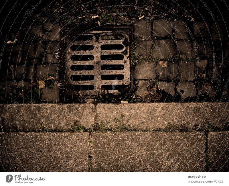 PLAN B Gully dunkel braun Stadt Abfluss Bordsteinkante gruselig trashig trist Rinnstein unheimlich geisterhaft außergewöhnlich Wasserrinne Abwasserkanal