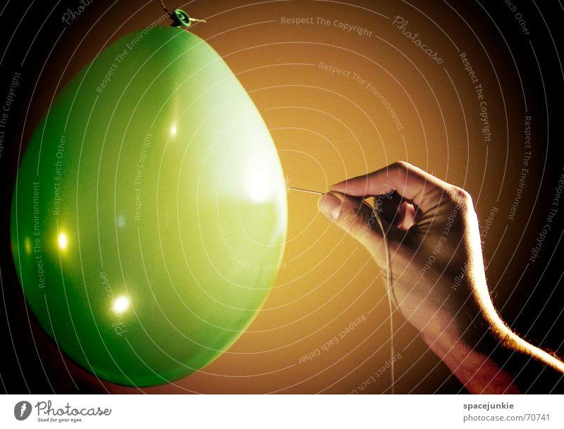 BÄNG Hand grün schwarz gelb Luft Finger Luftballon Nähgarn Nadel Gummi platzen stechen Stich Nadelstich