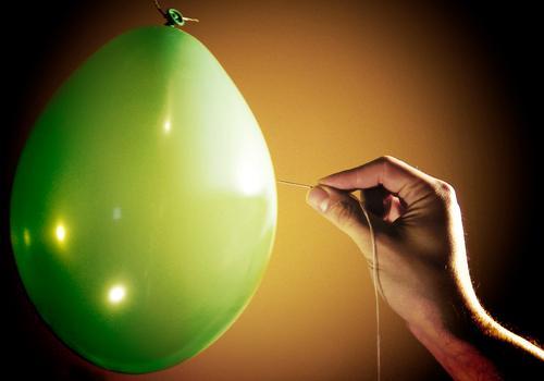 BÄNG Luftballon Gummi grün Hand Finger platzen stechen gelb schwarz Nadel Nähgarn Nadelstich Stich