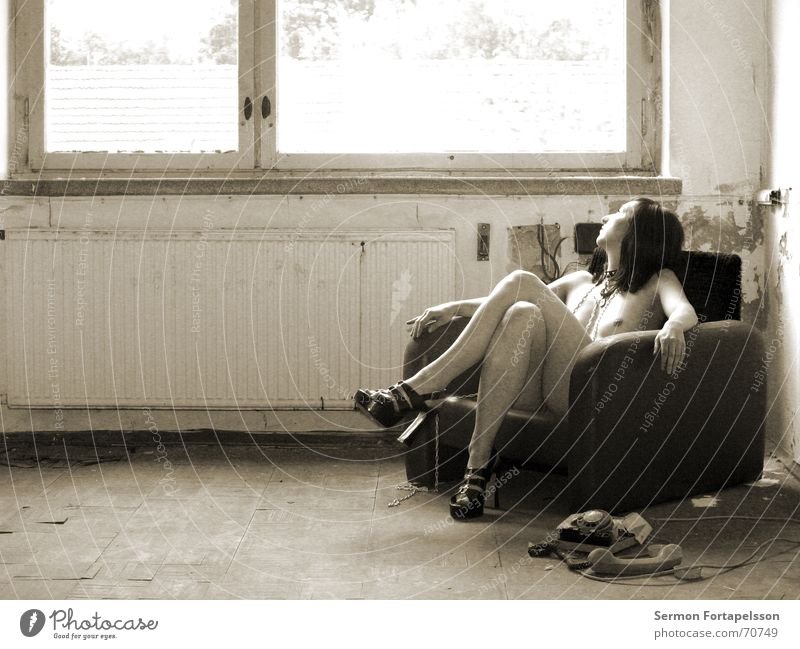emily's fetisch XI Frau Akt Einsamkeit feminin Fenster Erotik nackt kaputt Trauer Fabrik Verfall Ruine Kette Verzweiflung Heizkörper Sessel