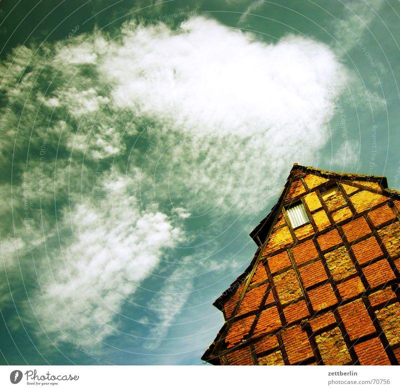 Aschersleben Himmel Sonne Sommer Haus Wolken Fenster Architektur Dach historisch Konstruktion Cirrus Mittelalter Dachgiebel Fachwerkhaus Holzgestell