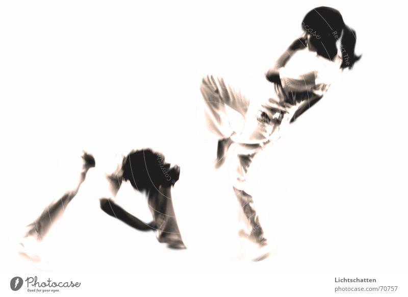 capoeira Frau Mensch Mann weiß Sport Bewegung hell Tanzen Kampfsport kämpfen Capoeira Vor hellem Hintergrund