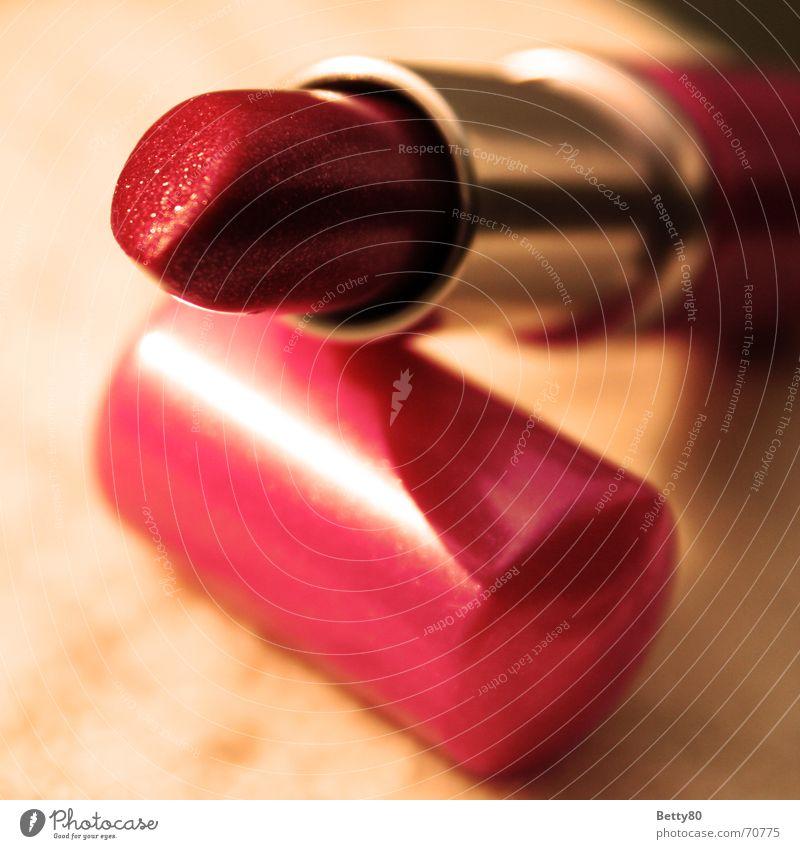 Wenn der Lippenstift mehr verrät... Stil schön Gesicht Kosmetik Schminke feminin Junge Frau Jugendliche einzigartig rot Schminken Farbfoto Nahaufnahme