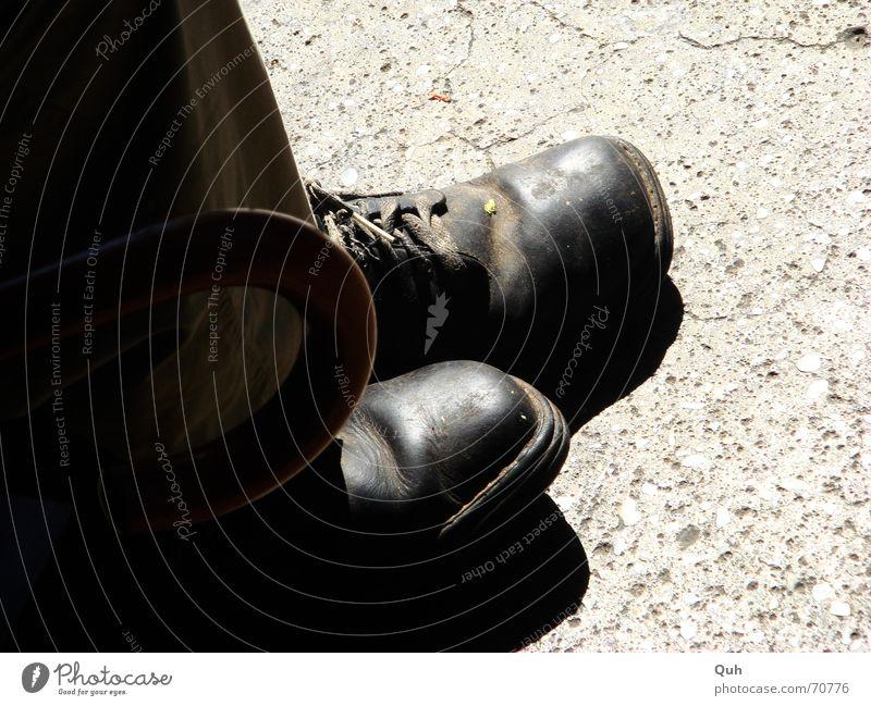 ein schuh, ein stock, ein regenschirm Fuß Schuhe Beine Asphalt Regenschirm Hose Leder Griff Obdachlose Schuhbänder Schuhsohle