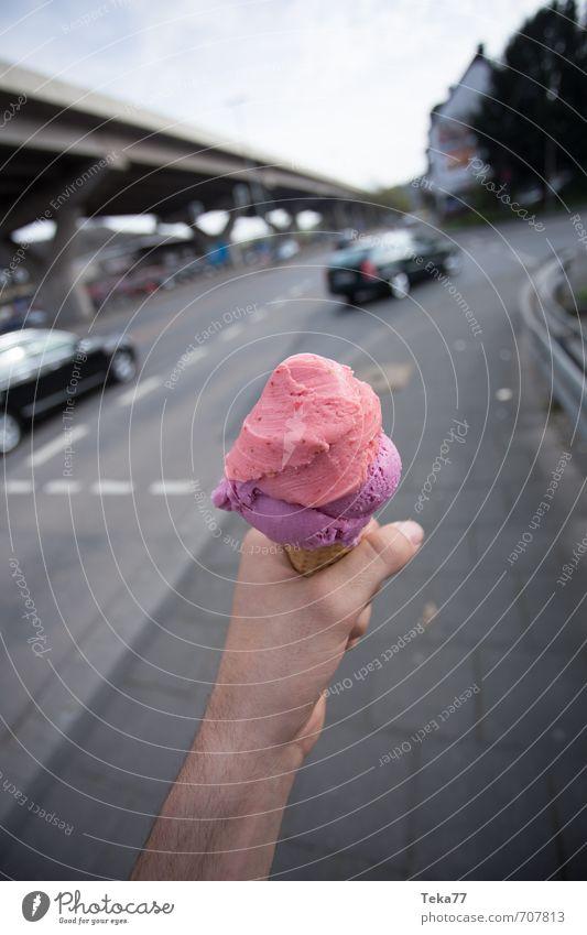 Handeis Ernährung Essen Glück Fröhlichkeit Zufriedenheit Lebensfreude Frühlingsgefühle Vorfreude Speiseeis Eiswaffel Erdbeereis Farbfoto Außenaufnahme