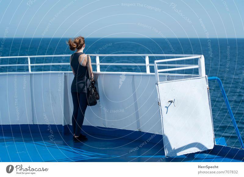 Wo ist denn jetzt diese Insel? Mensch Himmel Jugendliche Ferien & Urlaub & Reisen blau weiß Sommer Meer Junge Frau 18-30 Jahre Ferne Erwachsene feminin Horizont