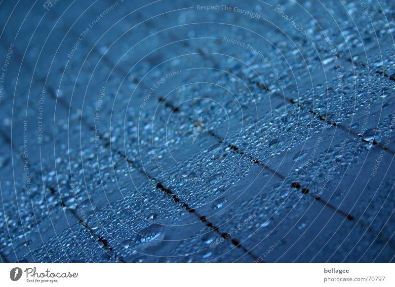 eines morgens.. schwarz Morgen Fensterscheibe PKW Wasser Wassertropfen Seil blau Linie Regen Heckscheibe Detailaufnahme Nahaufnahme
