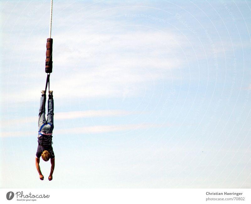 Einfach mal rumhängen Mann Jugendliche Himmel Freude Wolken Erholung springen oben Luft Seil Brücke gefährlich Jeanshose Pause bedrohlich Gelassenheit
