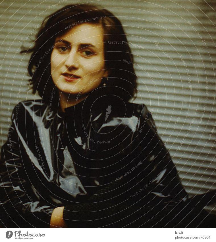 Knautsch Lackig Gesicht ausgehen Frau Erwachsene Kopf Bekleidung Mantel Leder Handschuhe schwarz Gefühle Stimmung Trauer Sehnsucht trendy schön glänzend schick