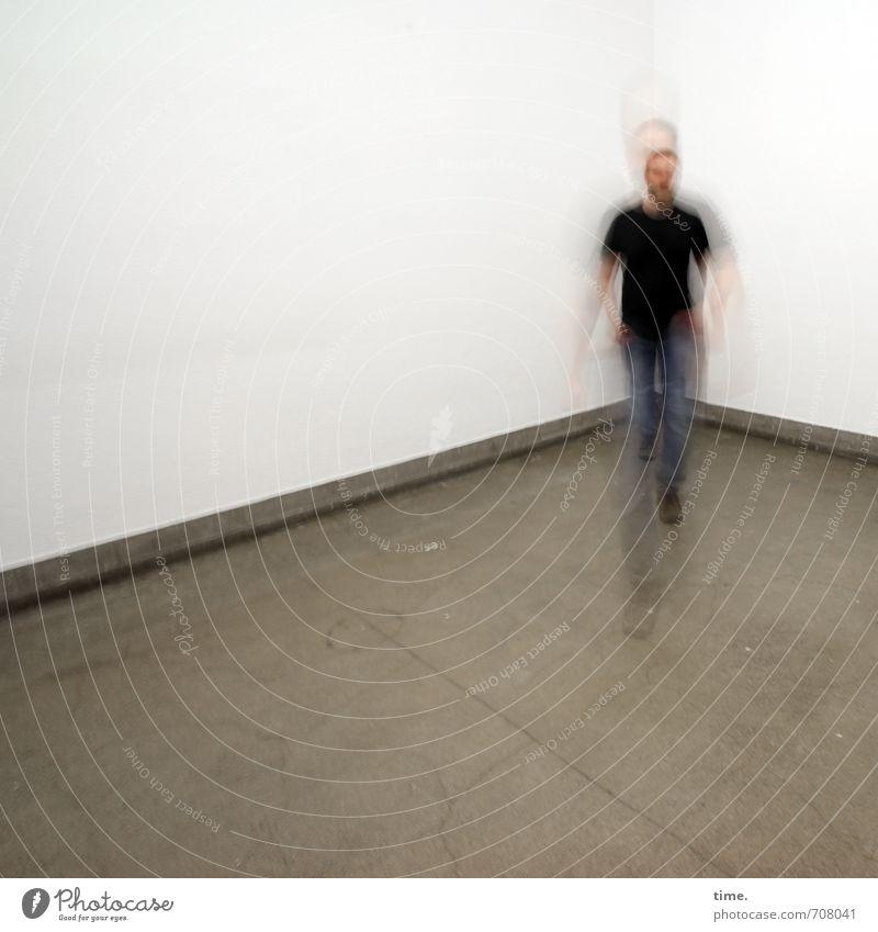 Halle/S.-Tour | Raumgleiter Fußleiste Mensch maskulin Körper 1 30-45 Jahre Erwachsene Mauer Wand laufen beweglich Leben Sorge Angst Platzangst gefährlich Stress