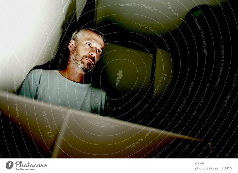 sich sehen 1 Mann Spiegel dunkel Bart Spiegelbild Porträt Fliesen u. Kacheln verrückt hell Raum