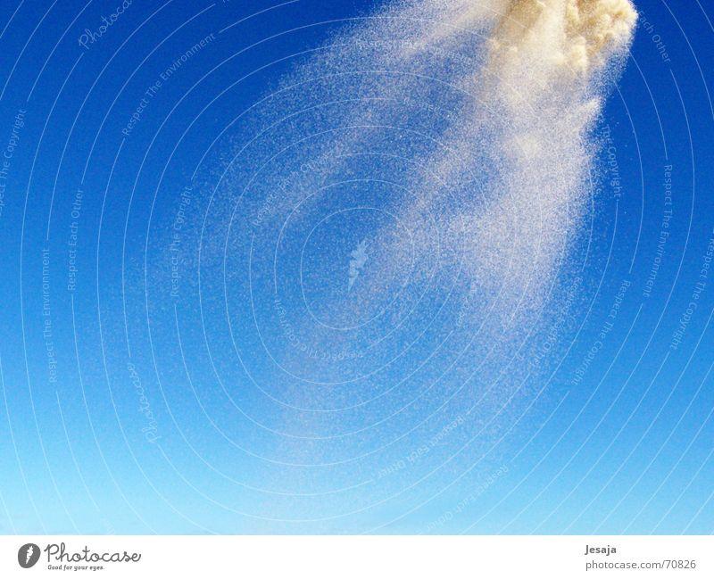 Sandsturm Farbverlauf Schwerkraft Sandkorn fallen Sturm Meer Explosion werfen Blauer Himmel Dynamik Wind Stranddüne Bewegung