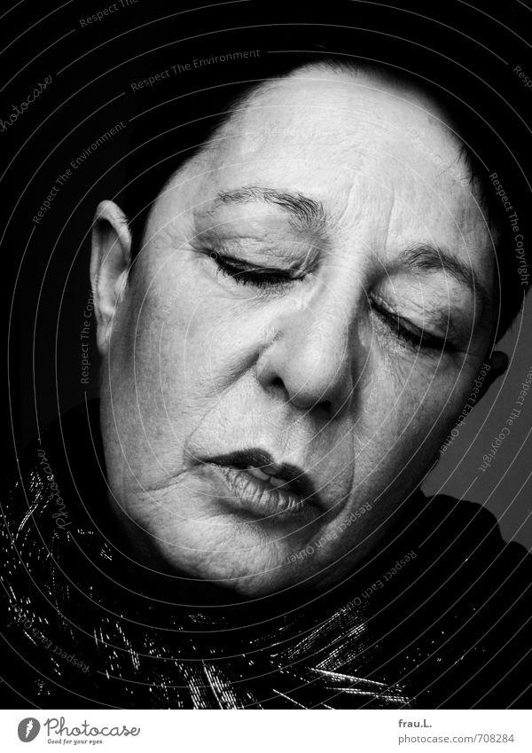 müde Mensch feminin Frau Erwachsene Weiblicher Senior 1 60 und älter Schal schwarzhaarig kurzhaarig alt schlafen träumen verblüht einzigartig Schminke