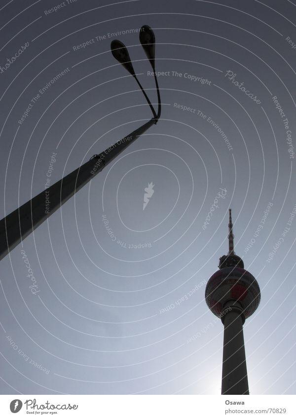 ungleiche Gesellen Silhouette Laterne Laternenpfahl Lampe Alexanderplatz Mitte Himmel Sonne Strommast Turm Berliner Fernsehturm alex Hauptstadt