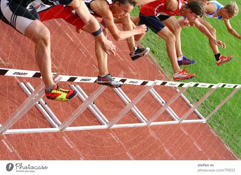 bergab... Mann Sport Bewegung laufen Freizeit & Hobby Fitness Leichtathlet Barriere anstrengen Läufer Stadion Lebenslauf Leichtathletik Mensch Sportplatz Hürde